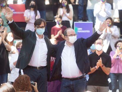 El líder de los socialistas catalanes en el Parlament, Salvador Illa (a la izquierda), junto al ministro de Cultura y Deporte, Miquel Iceta , durante la celebración en la tradicional Fiesta de la Rosa, este domingo en Gavá (Barcelona).