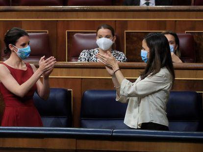 La ministra de Igualdad, Irene Montero (izquierda), y la de Derechos Sociales, Ione Belarra, aplauden durante el pleno del Congreso este jueves.