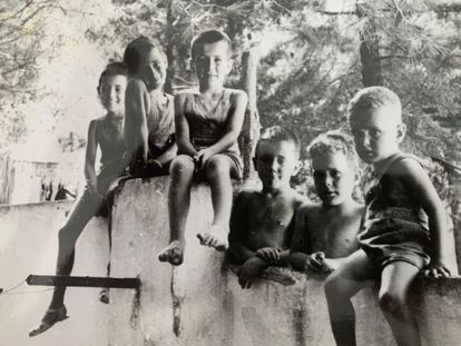 El escritor y periodista Rafel Nadal de niño (derecha), con algunos de sus hermanos.