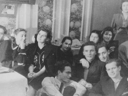 Yuri Trífonov (arriba a la derecha, con gafas) con amigos en el Instituto Literario.