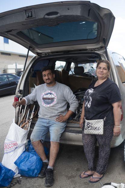 Antonio Jiménez, 'El Porras', depósito de chatarra y ex cantaor de flamenco, con su mujer, Remedios, en el coche que utilizan todos los días para ir al trabajo.