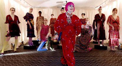 Zandra Rhodes, con varios de sus diseños durante la Semana de la Moda de Londres, en febrero de 2019.