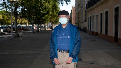 Sevilla/02-05-2020: Enrique de 80 a–os de edad, hoy en Sevilla durante su primera salida desde el confinamiento.FOTO: PACO PUENTES/EL PAIS