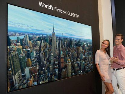 Presentación del televisor OLED 8K en la feria de Berlín.
