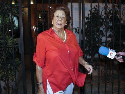 Rita Barberá, exalcaldesa de Valencia y senadora, saliendo de su casa en Valencia