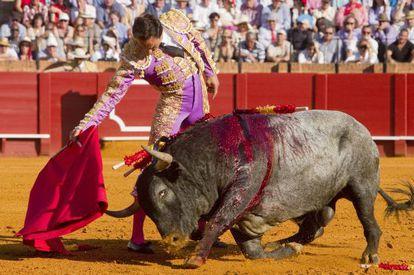 El Cid durante su faena con el primer toro.