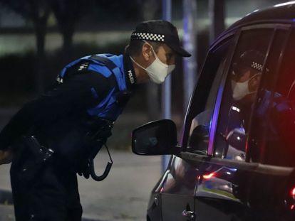 Un policía controla el cumplimiento del toque de queda en Terrassa.