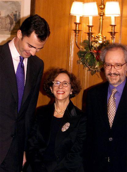 La periodista Sol Alameda, acompañada del principe Felipe y de su marido, el director de cine Emilio Martínez Lázaro, en una foto de archivo de 2002