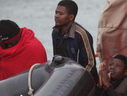 Tres de las 11 personas rescatadas cuando querían llegar a España.