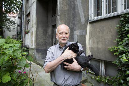 El escritor Adam Zagajewski, en su casa en Cracovia en 2017 , con su gato 'Doncia'.