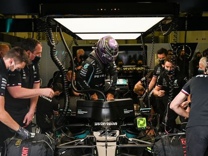 Hamilton y su equipo antes de la clasificación.