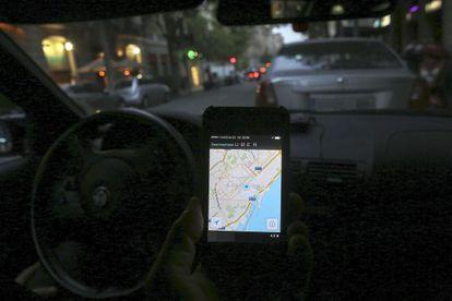 Un conductor usando la aplicación de móvil Uber.