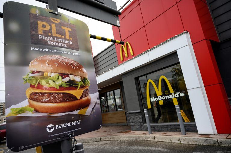 Promoción de hamburguesas a base de vegetales en un restaurante McDonald's en London (Ontario, Canada).