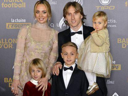 Luka Modric, su esposa Vanja Bosnic y sus tres hijos, en París, en la ceremonia del Balón de Oro 2018.