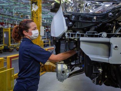 Una empleada de Ford, en la planta de montaje de Almussafes