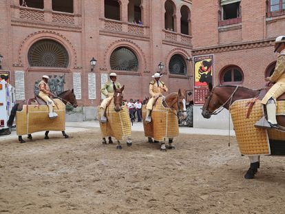 Un grupo de picadores, en el patio de caballos de Las Ventas.