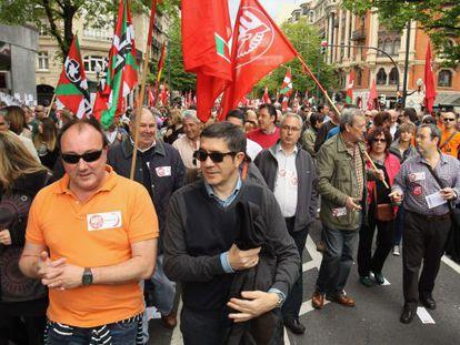 Patxi López, durante la manifestación unitaria de CCOO de Euskadi y UGT-Euskadi por la Gran Vía de Bilbao.