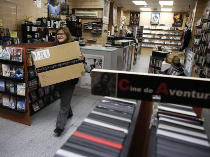 Marcia Seburo, la encargada del videoclub Ficciones con un paquete de un producto comprado por Internet.
