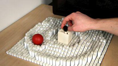 Con los nuevos bloques cinéticos es posible ampliar la movilidad que permite la alfombra. Aquí, un 'joystick' central crea una pista circular para que ruede la bola roja.