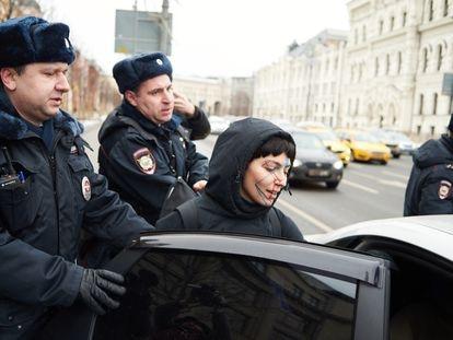 Una activista arrestada por la policía en una protesta contra el sistema de videovigilancia en Moscú, el 9 de febrero. / (RTVI)
