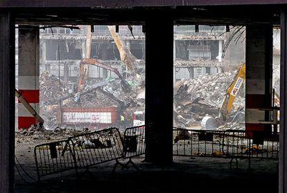 Máquinas demoliendo la antigua fábrica de cerveza Mahou.