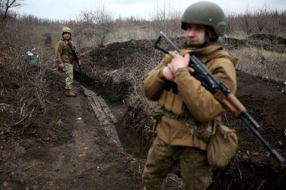 Dos soldados ucranios patrullan el lunes en la línea del frente con la autoproclamada república de Donetsk cerca de Avdiivka, en el este del país.