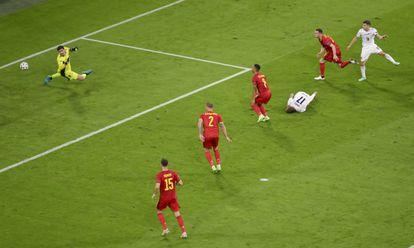 Barella supera a los defensores belgas y a Courtois en el disparo que supuso el primer gol de Italia