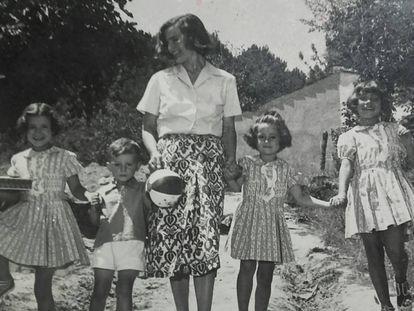 Laforet y sus hijos en 1955.