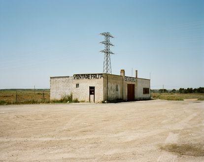 Un caseto abandonado en la provincia de Huesca. Estábamos pasando por el sur el desierto de los Monegros. Como explicaba el cartel de la esquina, aquí se rodaron escenas de 'Jamón, jamón', la hiperibérica película de Bigas Luna de 1992.
