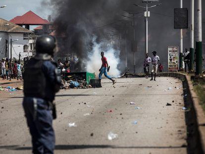 Enfrentamientos entre policías y jóvenes manifestantes, este jueves en Conakry.