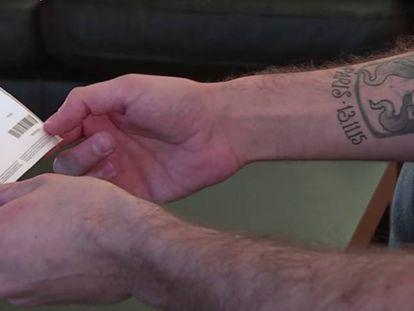 Imagen del tatuaje de Cédric Rey durante una entrevista con la agencia AFP (archivo)