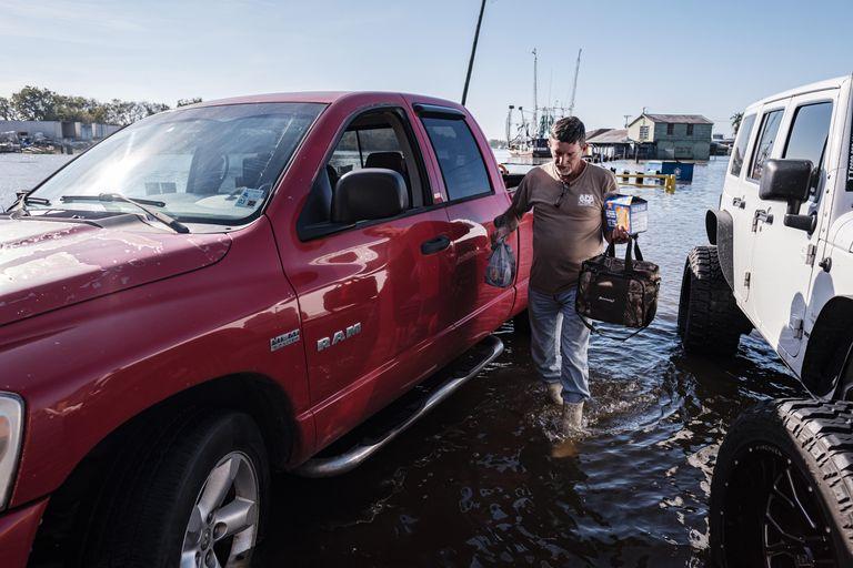 Un hombre camina por las calles inundadas en Luisiana este sábado.
