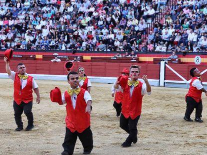 Espectáculo de la cuadrilla cómica Diversiones en el Ruedo y sus enanitos toreros.