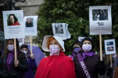 'Performance' sobre la historia del feminismo realizada en la plaza de la Ayuntamiento de Valencia.