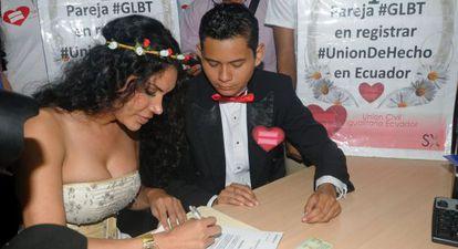 Una pareja de transexuales registra su unión en Guayaquil