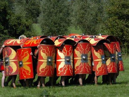 Miembros de un grupo de reconstrucción histórica forman la 'testudo' (tortuga) en un ejemplo de cómo funcionaba el ejército romano.