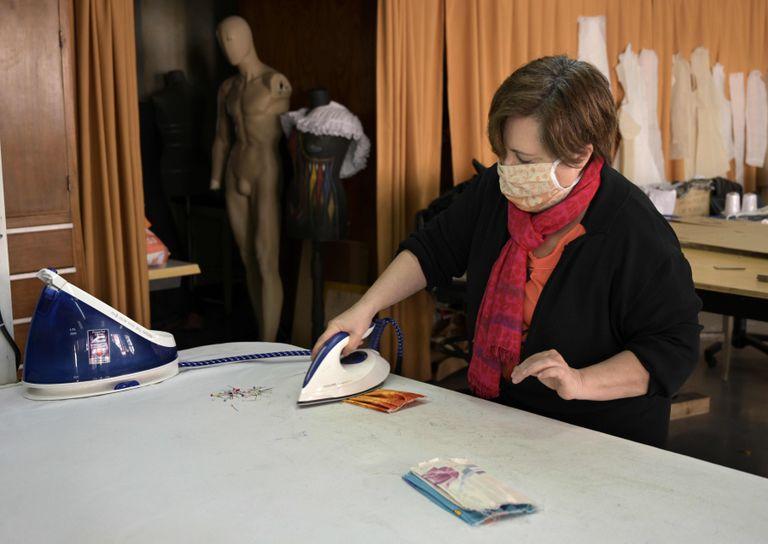 Una empleada plancha una mascarilla en los talleres de vestuario del Teatro Nacional Cervantes, en Buenos Aires, el 15 de abril.