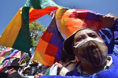 """Militantes del partido de Gobierno, Movimiento al Socialismo (MAS), se manifiestan por el """"desagravio"""" a la bandera indígena 'wiphala', este lunes en La Paz."""