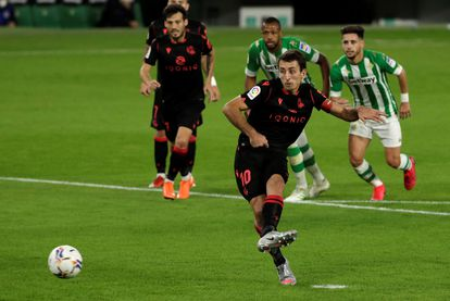 Oyarzabal bate de penalti a Bravo para hacer el 0-2.