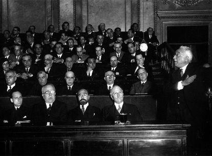 Presentación del Gobierno Provisional de la Segunda República en el Congreso de los Diputados el 14 de julio de 1931. En la primera fila, de izquierda a derecha: Santiago Casares Quiroga, Manuel Azaña, Fernando de los Ríos, Alejandro Lerroux y Niceto Alcalá Zamora.