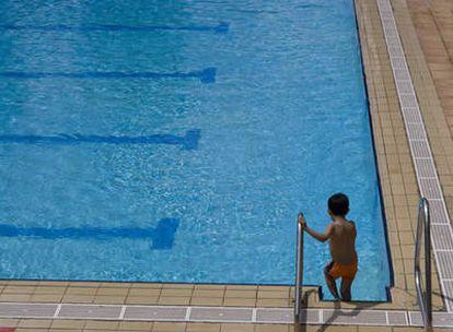 Un niño se dispone a bañarse en una piscina muncipal de Madrid