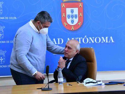 El consejero de Sanidad de Ceuta, Javier Guerrero (sentado), ayer tras informar de que no iba a dimitir por haberse vacunado. / J. SÁNCHEZ, QUINO