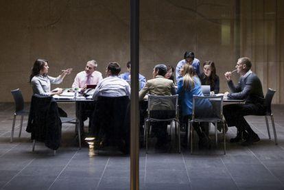 Distintos expertos creen que las reuniones de directivos no deberían exceder la mitad de su jornada laboral, y las de técnicos, el 25%.
