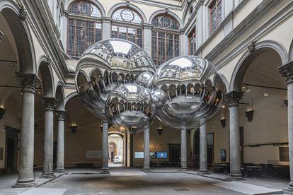 Obra de Tomás Saraceno instalada en el palacio Strozzi de Florencia en 2020.