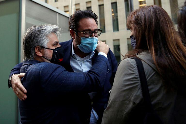 David Madí, detenido el miércoles, saluda en la salida de los juzgados a los diputados Laura Borràs y Albert Batet.