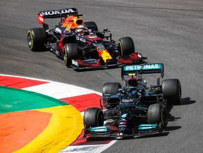 Bottas, con su Mercedes, delante del Red Bull de Verstappen durante el Gran Premio de Portimao.