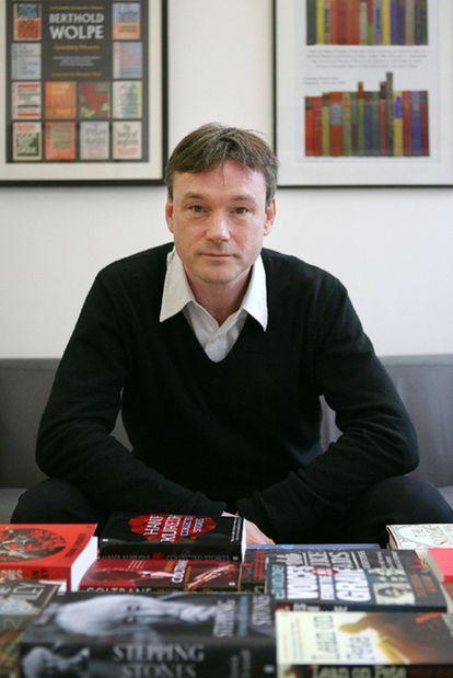 El director de Faber & Faber, en su oficina del barrio londinense de Bloomsbury, el 24 de enero de 2011.
