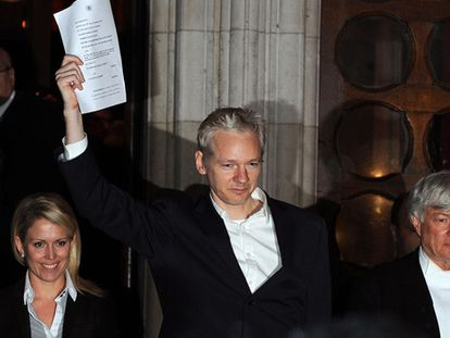 Julian Assange, a su salida del tribunal de Londres tras depositar la fianza.