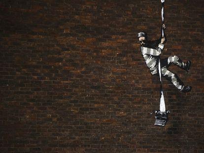 El mural de Banksy apareció esta semana en un muro de la antigua prisión de Reading, Inglaterra.