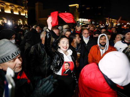 Simpatizantes de Vetevendosje celebran los resultados de los sondeos a pie de urna, este domingo en Prístina.